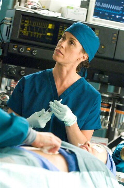 Da sich Liz aus Liebe zu Poppy (Alanis Morissette) unters Messer legt, will diese bei der Operation selbstverständlich dabei sein ... - Bildquelle: TM and   2004 Warner Bros. Entertainment Inc. All Rights Reserved.