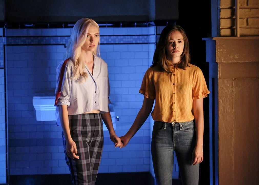 Lizzie Saltzman (Jenny Boyd, l.); Josie Saltzman (Kaylee Bryant, r.) - Bildquelle: Eliza Morse 2020 Warner Bros Entertainment Inc. All rights reserved. / Eliza Morse