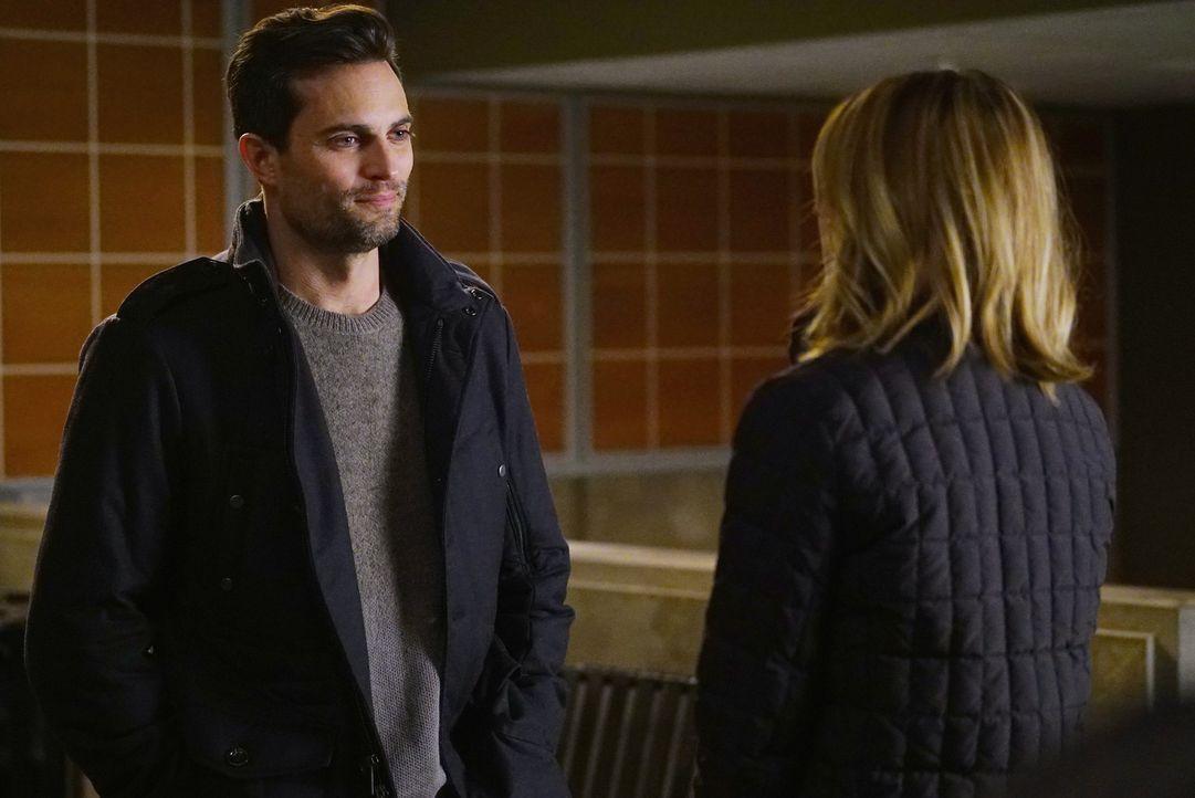 Während Meredith (Ellen Pompeo, r.) sich entscheiden muss, ob sie eine Verabredung von Major Thorpe (Scott Elrod, l.) annimmt, schockiert Webber all... - Bildquelle: Richard Cartwright ABC Studios