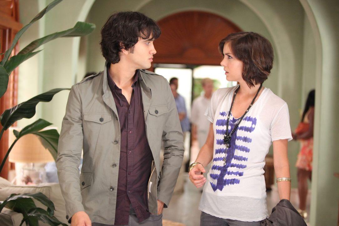 Silver (Jessica Stroup, r.) hat Navids (Michael Steger, l.) Freundin Naomi mit Teddy gesehen - wird sie sie verraten? - Bildquelle: TM &   CBS Studios Inc. All Rights Reserved
