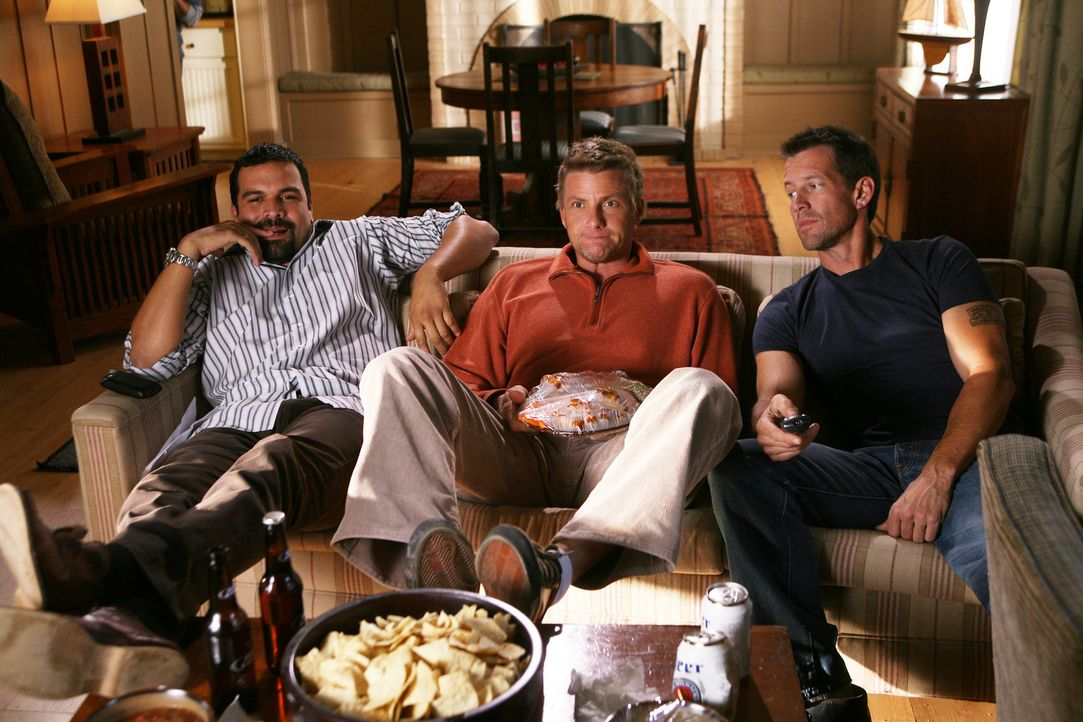 Männerabend: Carlos (Ricardo Antonio Chavira, l.), Tom (Doug Savant, M.) und Mike (James Denton, r.) ... - Bildquelle: 2005 Touchstone Television  All Rights Reserved