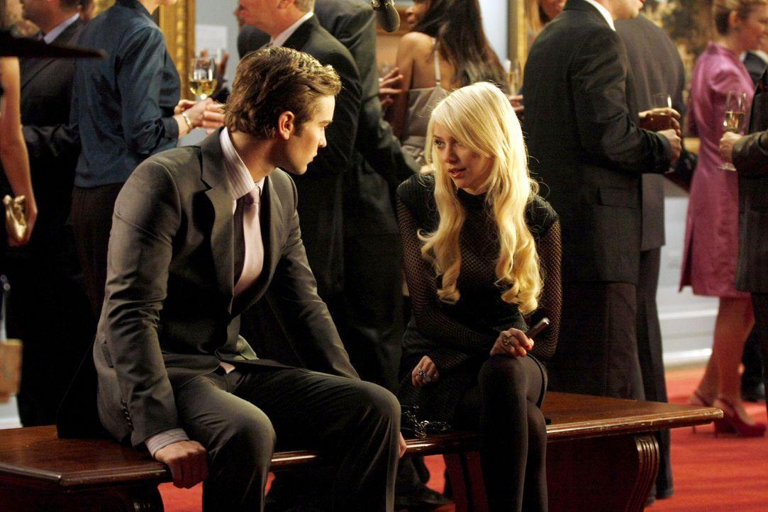 Nate (Chace Crawford, l.) ist geschockt, als er erfährt, dass Jennys (Taylor Momsen, r.) Freund mit Drogen dealt. - Bildquelle: Warner Brothers.