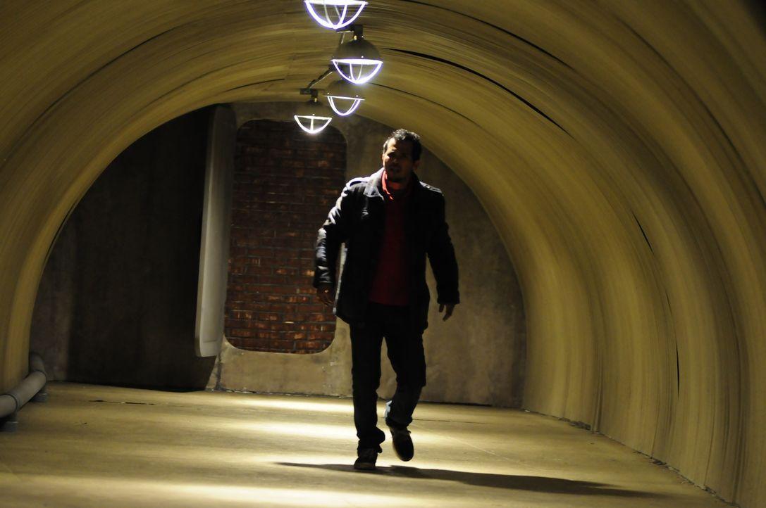 Wenn jeder Schatten für Paul (John Leguizamo) den Tod bedeuten könnte, ist das Licht der einzige Freund ... - Bildquelle: Koch Media GmbH