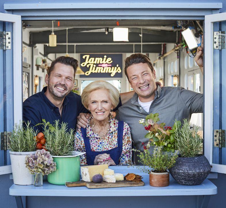 (v.l.n.r.) Jimmy Doherty; Mary Berry; Jamie Oliver - Bildquelle: Steve Ryan 2019 Jamie Oliver Enterprises Ltd. / Steve Ryan