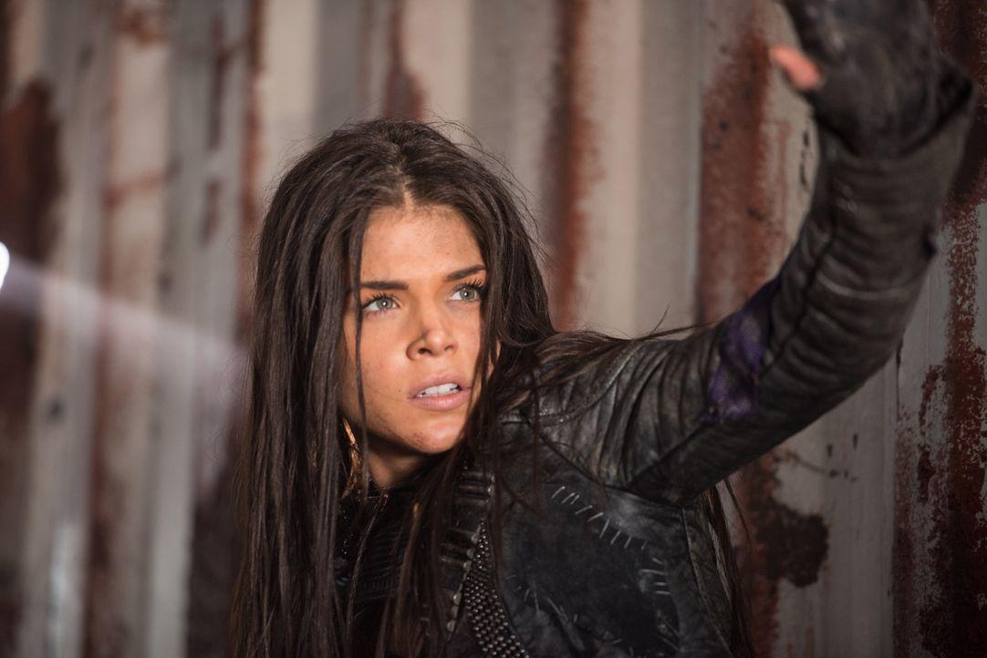 Während Octavia (Marie Avgeropoulos) und der Rest des Widerstandes nach ihrer Geheimwaffe suchen, wird Kane in Polis vor eine lebensverändernde Ents... - Bildquelle: 2014 Warner Brothers