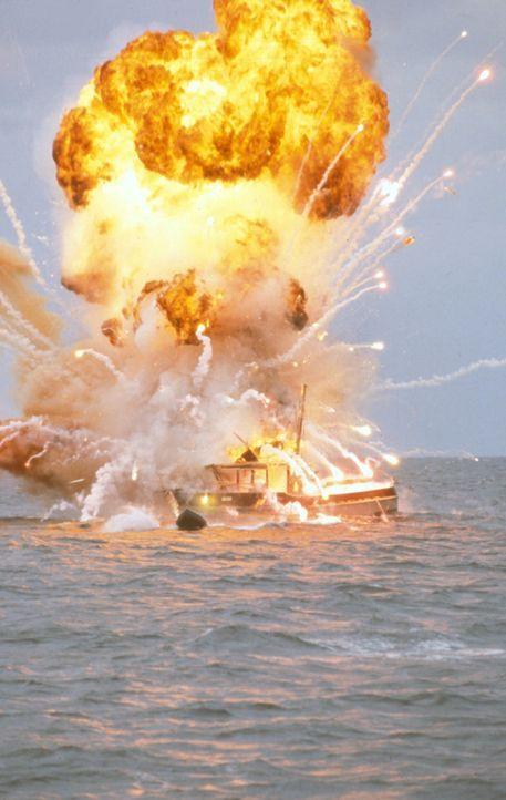 Von der Polizei und CCT verfolgt, flieht Will in einem Motorboot aufs offene Meer. Doch auf hoher See explodiert sein Schiff - wird Will überleben? - Bildquelle: Cinetel Films