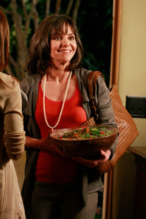 Das sonst so enthusiastische Familienoberhaupt Nora (Sally Field) ist hin- und hergerissen ... - Bildquelle: 2008 ABC INC.