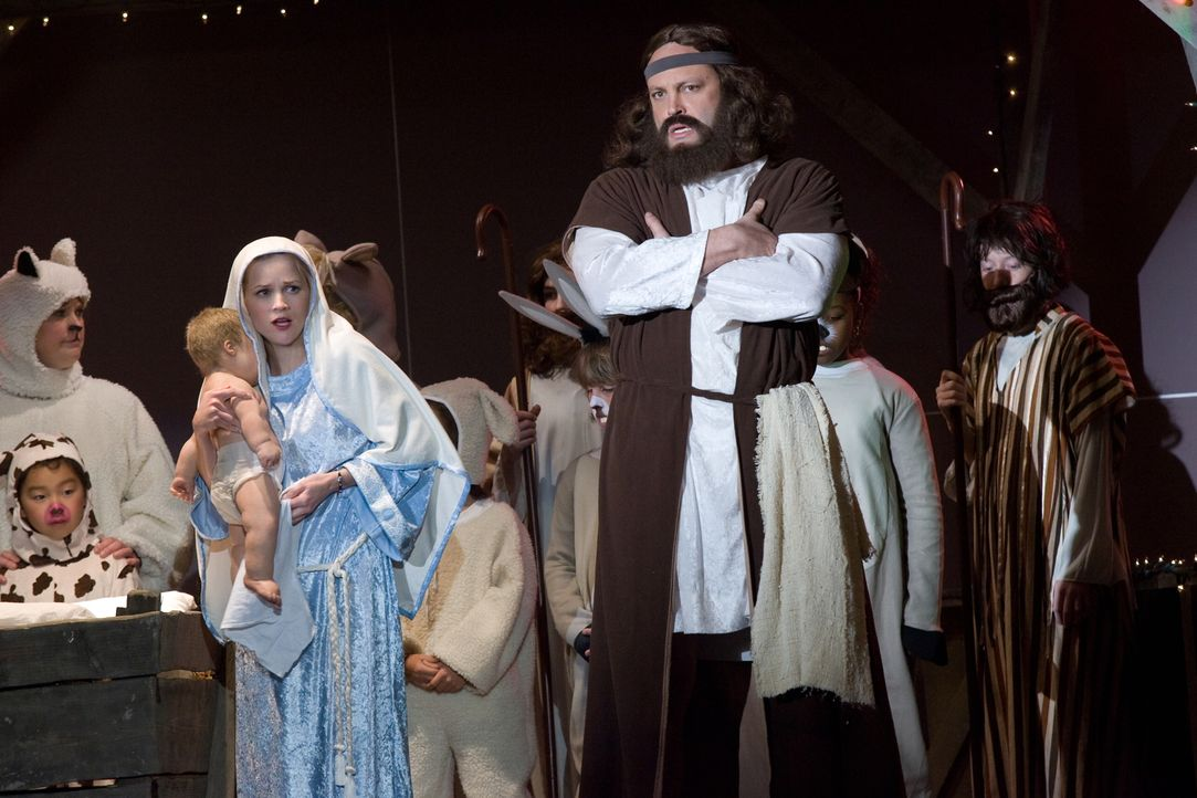 Sir rechneten mit dem Schlimmsten - und es tritt auch ein: Als die Darsteller von Maria und Joseph ausfallen, müssen Kate (Reese Witherspoon, l.) un... - Bildquelle: Warner Bros. Television
