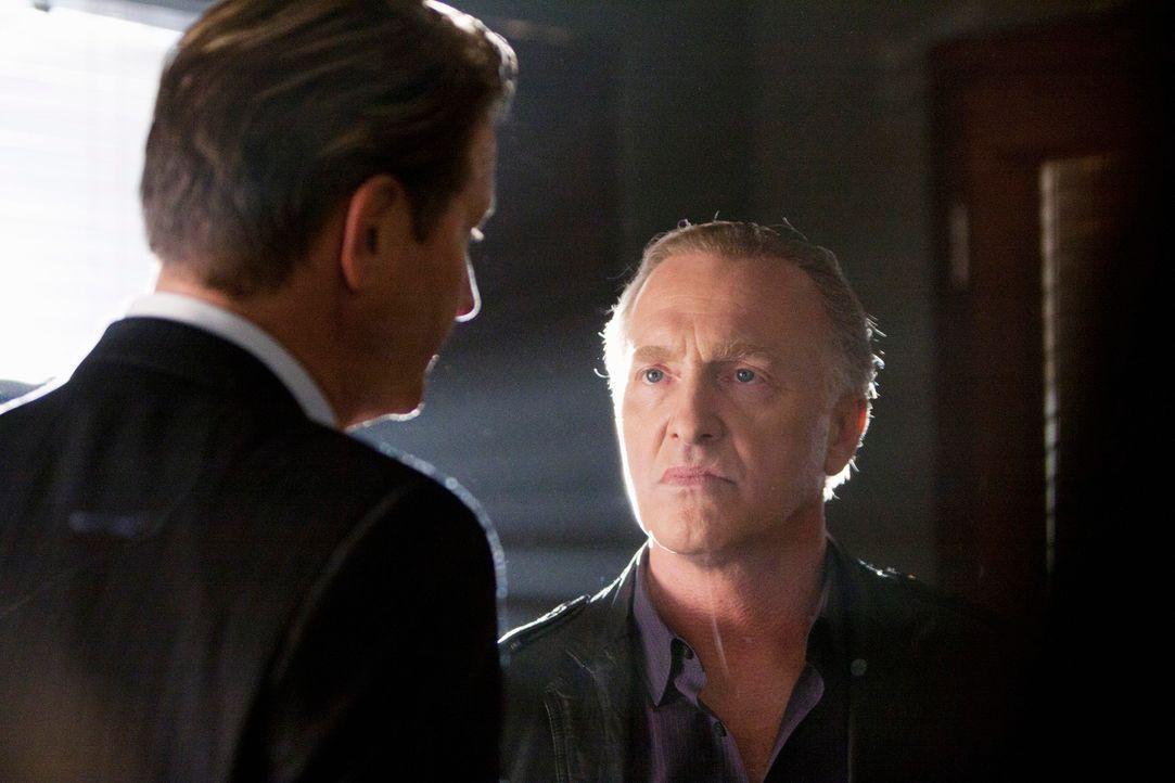 Captain Perkins (Brett Cullen, l.) weiht Detective Charlie Meeks (Mark Rolston, r.) in seine Pläne ein ... - Bildquelle: 2011 American Broadcasting Companies, Inc. All rights reserved.