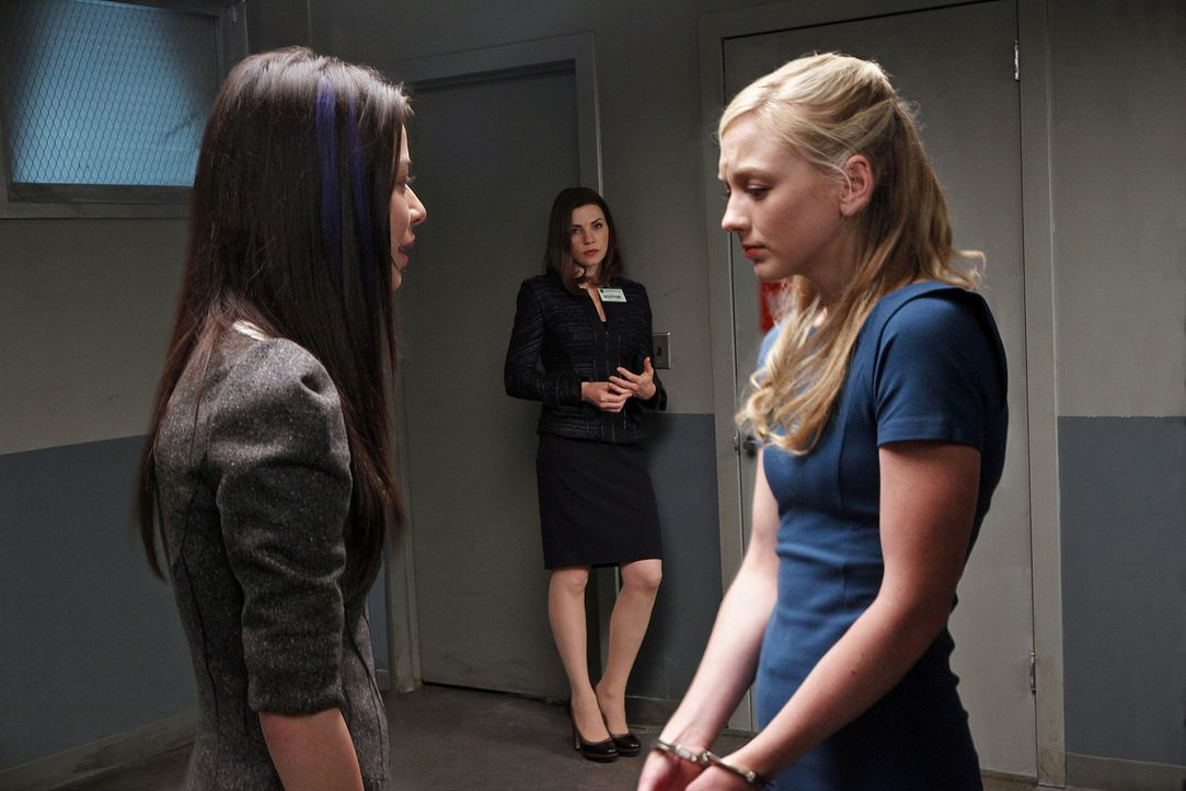 Milla Burchfield (Emily Kinney, r.) schuldet Sloan (Miranda Cosgrove, l.) eine Entschuldigung. Alicia Florrick (Julianna Margulies, M.) behält die... - Bildquelle: 2010 CBS Broadcasting Inc. All Rights Reserved.