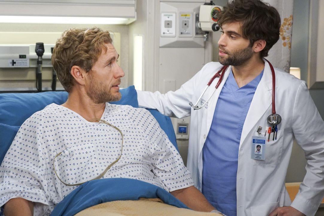 Lucas Ripley (Brett Tucker, l.); Dr. Levi Schmitt (Jake Borelli, r.) - Bildquelle: Scott Everett White ABC Studios / Scott Everett White