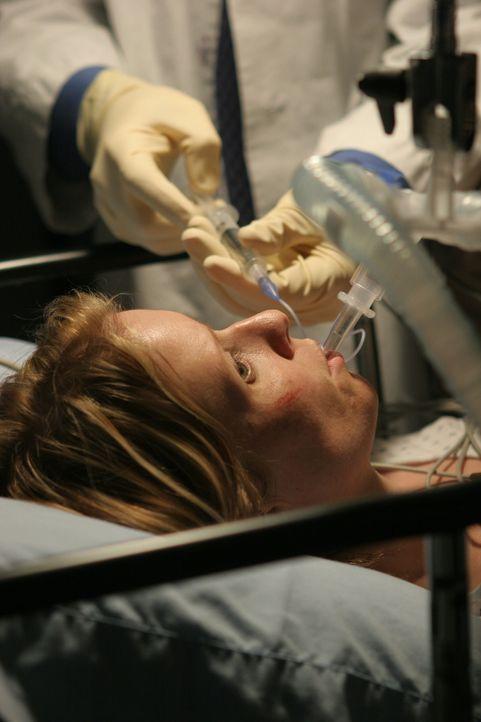 """Da Ellie (Cynthia Nixon, M.) nicht kommunizieren kann und rechtsseitig gelähmt ist, wird mittels einer speziellen Technik das Gerinnsel """"gezogen"""", w... - Bildquelle: WARNER BROS"""
