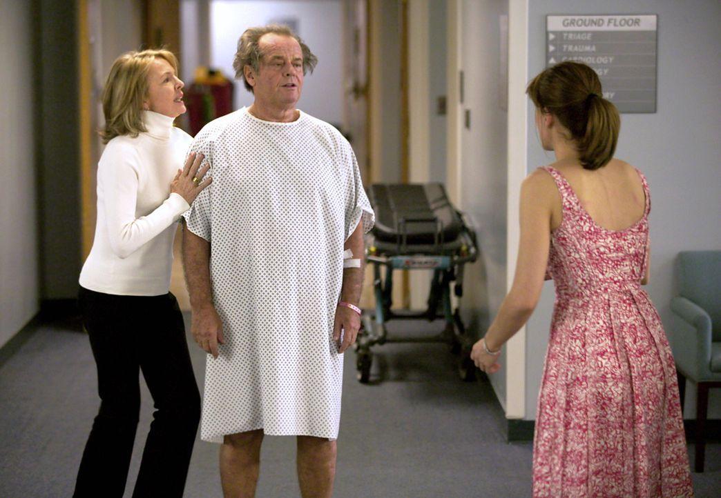 Als Harry (Jack Nicholson, M.) im Schlafzimmer von Marin (Amanda Peet, r.) einen Herzanfall erleidet, lässt Erica (Diane Keaton, l.) sich widerwilli... - Bildquelle: Warner Bros. Pictures