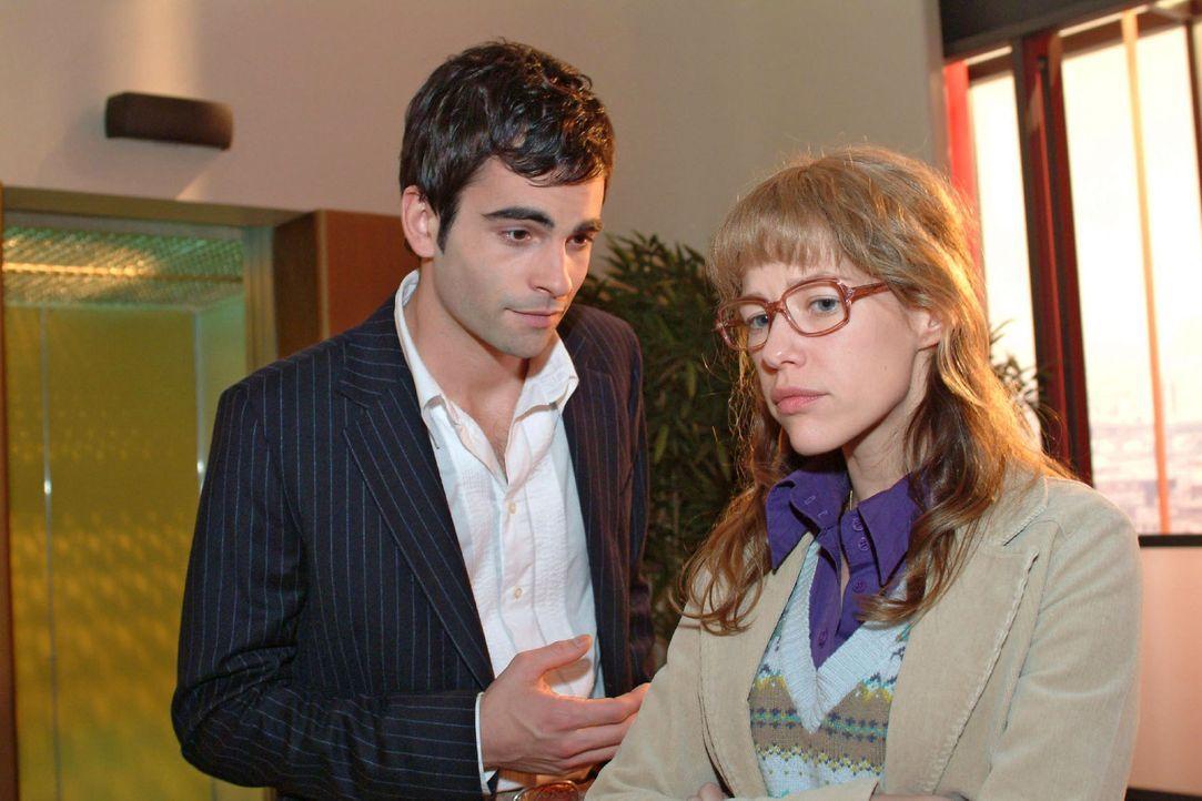 David (Mathis Künzler, l.) versucht Lisa (Alexandra Neldel, r.) zu überreden, noch einmal seine Seitensprünge vor Mariella zu verbergen. (Dieses... - Bildquelle: Sat.1