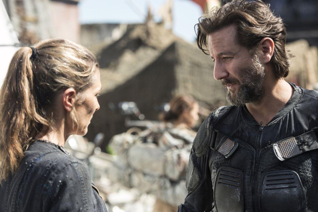 Abby (Paige Turco, l.) trifft eine Entscheidung, als sie erkennt, dass Kane (Henry Ian Cusick, r.) seinem Volk in dieser neuen Welt eine Heimat aufb... - Bildquelle: 2014 Warner Brothers