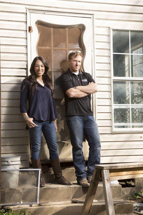 Joanna (l.) und Chip (r.) geben ihr Bestes, um aus langweiligen, tristen Häusern wahre Schmuckstücke zu machen ... - Bildquelle: Sarah Wilson 2014, HGTV/ Scripps Networks, LLC.  All Rights Reserved.