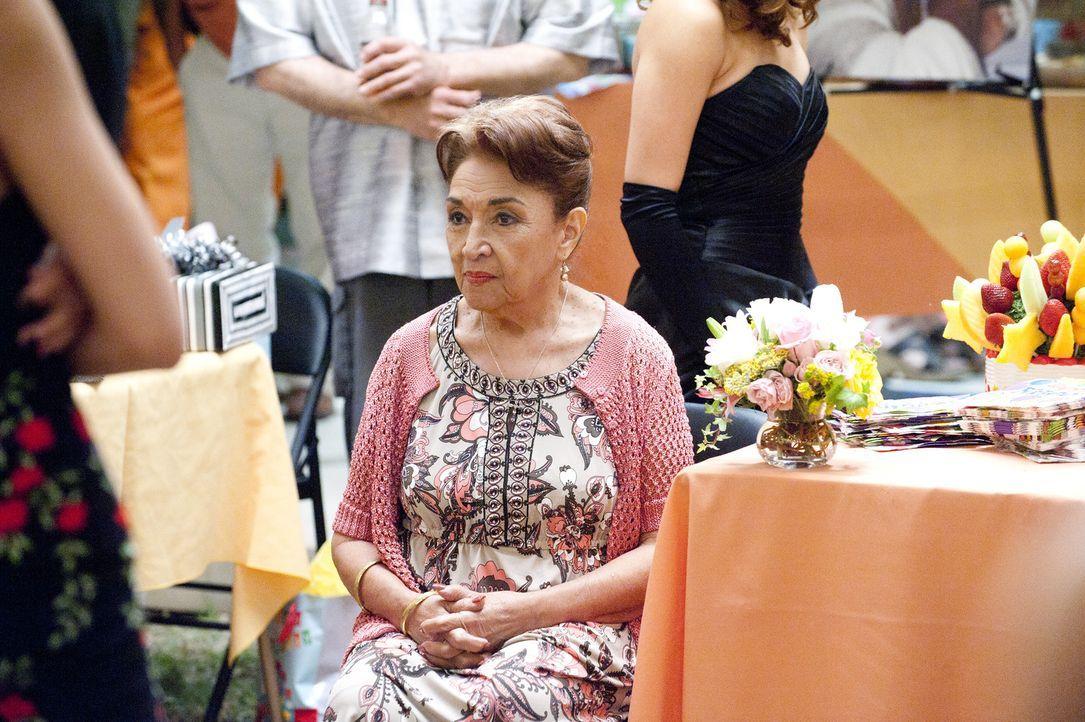 Christina hat für Nicks Mutter (Miriam Colon) ein Geburtstagsfest organisiert, was diese zutiefst rührt ... - Bildquelle: Sony Pictures Television Inc. All Rights Reserved.