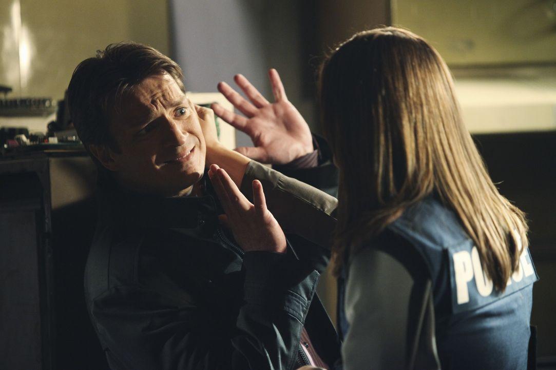Kate Beckett (Stana Katic, r.) kann es nicht fassen, dass sie Richard Castle (Nathan Fillion, l.) schon wieder am Tatort antreffen. Hat er wirklich... - Bildquelle: 2010 American Broadcasting Companies, Inc. All rights reserved.