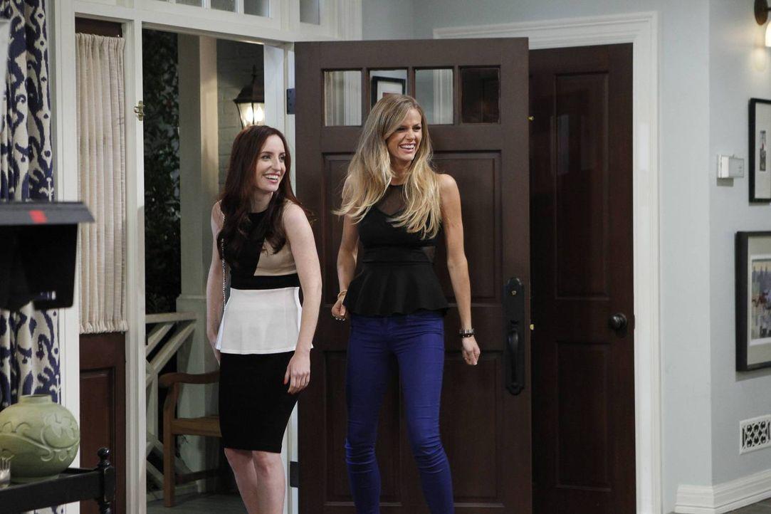 Werden aus Kate (Zoe Lister-Jones, l.) und Jules (Brooklyn Decker, r.) vielleicht doch noch gute Arbeitskollegen? - Bildquelle: 2013 CBS Broadcasting, Inc. All Rights Reserved.