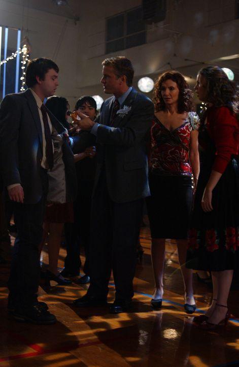 Auf dem Halbjahresball wird Steve (Fred Koehler, l.) von Mr. Price (Patrick Fabian, 2.v.l.) mit Alkohol erwischt und von der Schule geworfen. Wutent... - Bildquelle: Sony Pictures Television