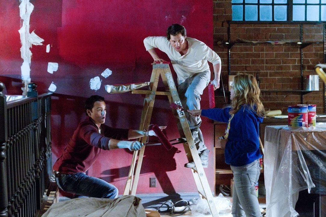 Ryan (Kerr Smith, l.) und Lux (Britt Robertson, r.) helfen Baze (Kristoffer Polaha, M.) und dessen Freunden beim Renovieren der Bar ... - Bildquelle: The CW   2010 The CW Network, LLC. All Rights Reserved