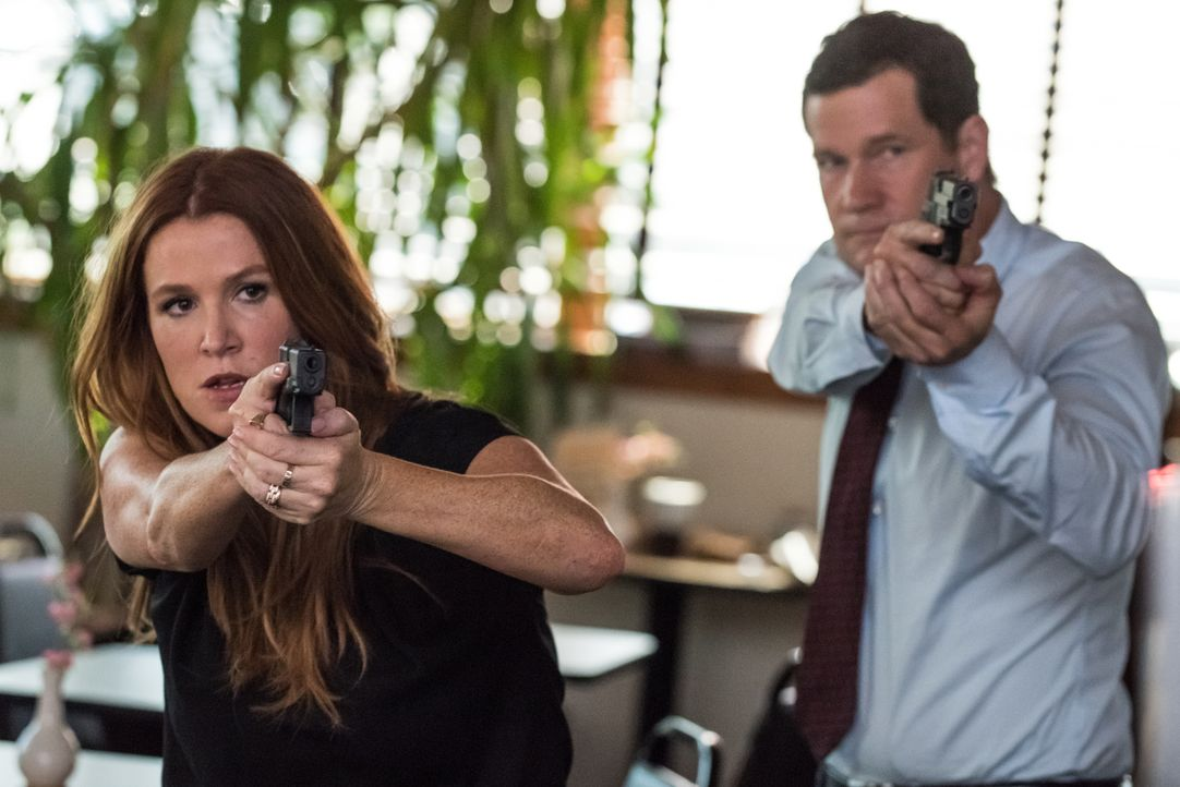 In einer Bäckerei bekommen es Al (Dylan Walsh, r.) und Carrie (Poppy Montgomery, l.) nicht nur mit terrorverdächtigen Besitzern, sondern auch mit ei... - Bildquelle: Jeff Neumann 2015, 2016 Sony Pictures Television Inc. All Rights Reserved.