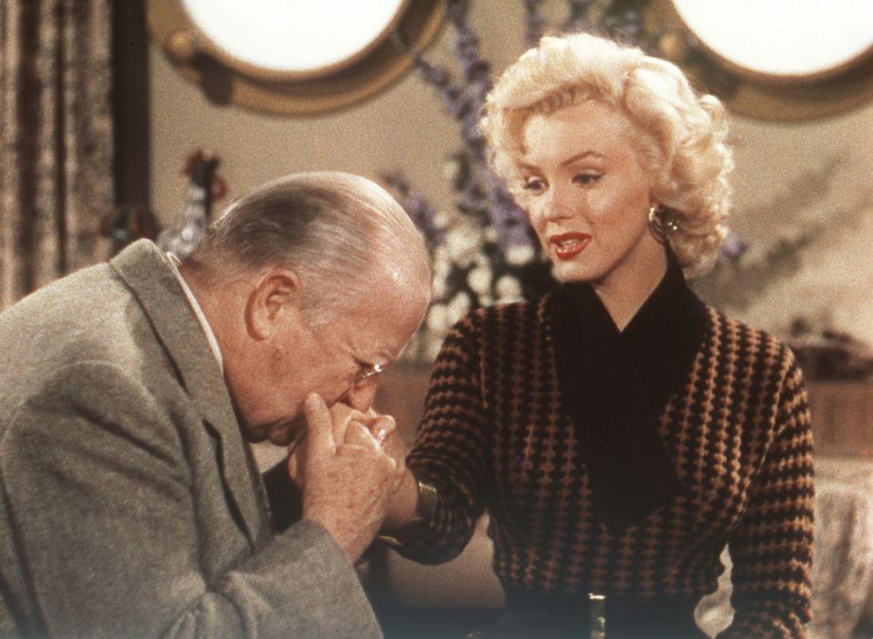 Der betagte Sir Francis Beekman (Charles Coburn, l.) verspricht der hübschen Lorelei (Marilyn Monroe, r.), ihre Hände mit wertvollen Diamanten zu... - Bildquelle: 20th Century Fox Film Corporation