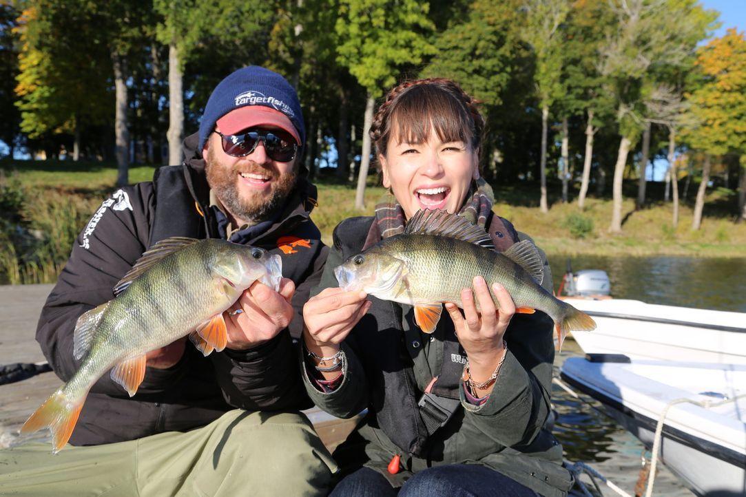 In Skandinavien fährt Rachel (r.) mit einem Fischer hinaus auf den Sibbo See und fängt Barsche für das Mittagessen ... - Bildquelle: Richard Hall BBC 2014
