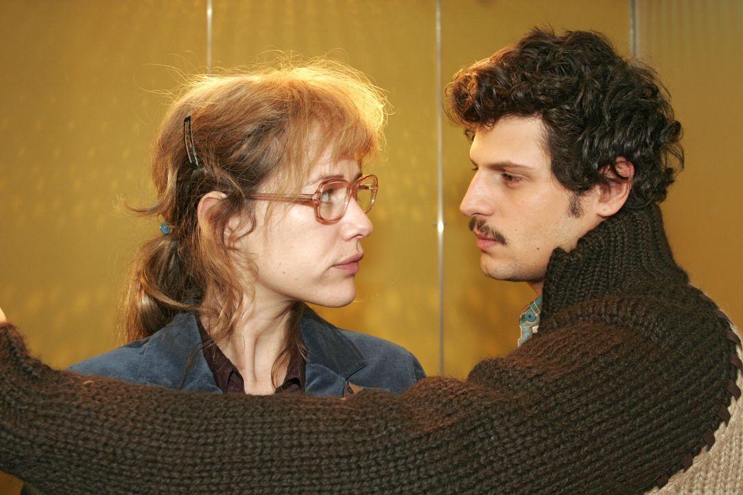 Lisa (Alexandra Neldel, l.) ist gar nicht begeistert, als Rokko (Manuel Cortez, r.) im letzten Augenblick noch zu ihr in den Fahrstuhl springt - und... - Bildquelle: Noreen Flynn SAT.1 / Noreen Flynn