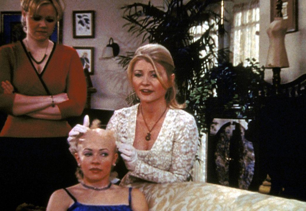 Sabrina (Melissa Joan Hart, M.) will das Mitleid ihrer Tante Hilda (Caroline Rhea, l.) und ihrer Tante Zelda (Beth Broderick, r.) erringen und zaube... - Bildquelle: Paramount Pictures