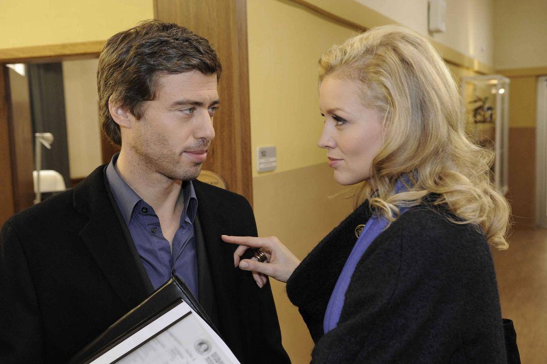 Alexandra (Verena Mundhenke, r.) wundert sich, dass Julian (Sebastian Hölz, l.) den Vorstand unterstützt. - Bildquelle: SAT.1