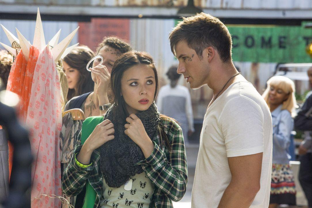 Julia (Malese Jow, l.) stellt Roman (Mett Lanter, r.) zur Rede, nachdem sie erkennt, dass sie den Grund für ihre Wunderheilung nicht mehr lange gehe... - Bildquelle: 2014 The CW Network, LLC. All rights reserved.