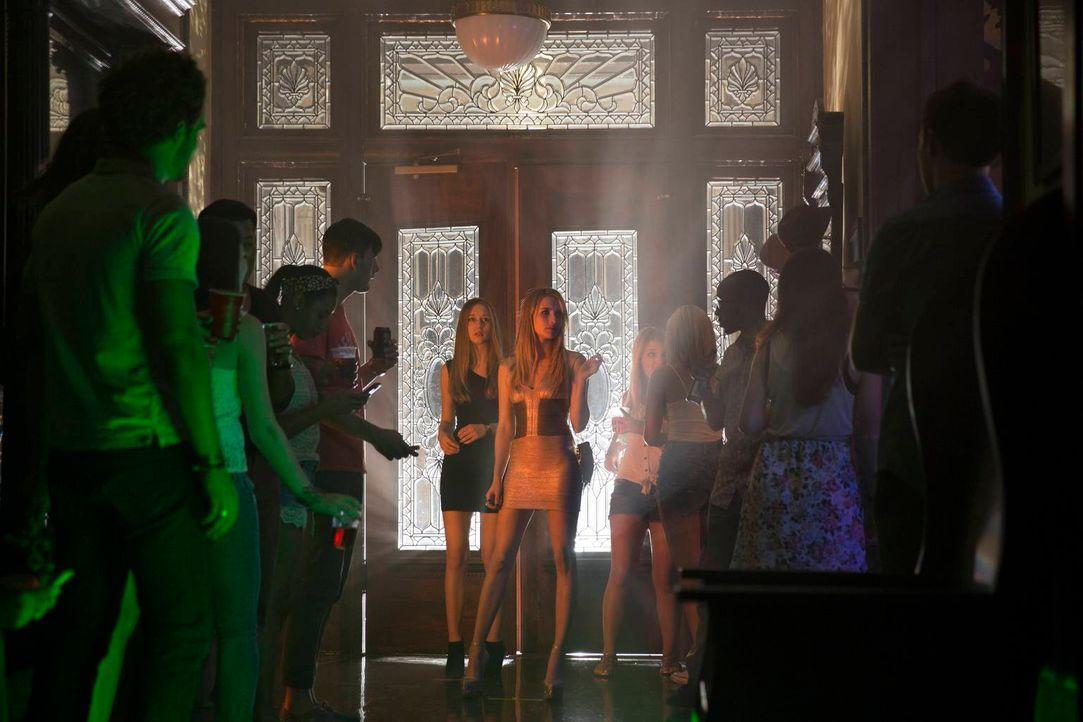 Als Madison (Emma Roberts, Mitte r.) ihre neue Hexen-Schwester Zoe (Taissa Farmiga, Mitte l.) drängt, mit auf eine Party zu kommen, wird der Abend g... - Bildquelle: 2013-2014 Fox and its related entities. All rights reserved.