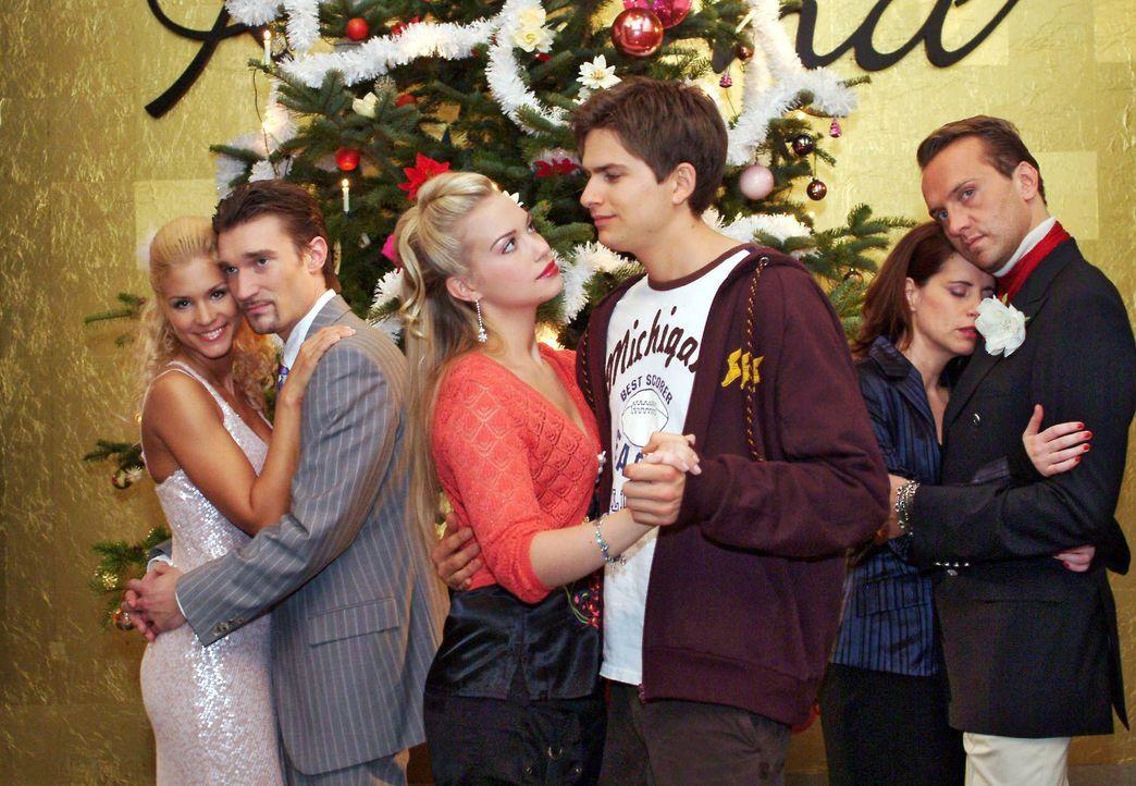 Die Weihnachtsfeier ist in vollem Gange - und dank des Weihnachtsmanns ist die Stimmung gelöst und Paare finden sich auf magische Weise zusammen. V.... - Bildquelle: Monika Schürle SAT.1 / Monika Schürle