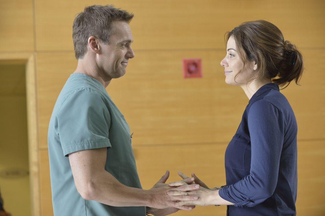 Finden Charlie (Michael Shanks, l.) und Alex (Erica Durance, r.) endlich mehr Zeit füreinander? - Bildquelle: 2013  Hope Zee Two Inc.