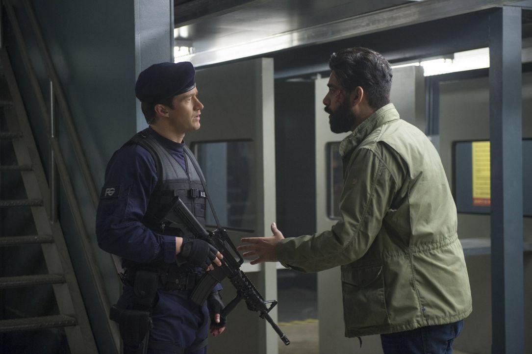 Ravi (Rahul Kohli, r.) versucht, die aufgebrachte Rachel zu beruhigen, doch als sie bei ihm auf Major (Robert Buckley, l.), den Chaos-Killer trifft,... - Bildquelle: 2017 Warner Brothers