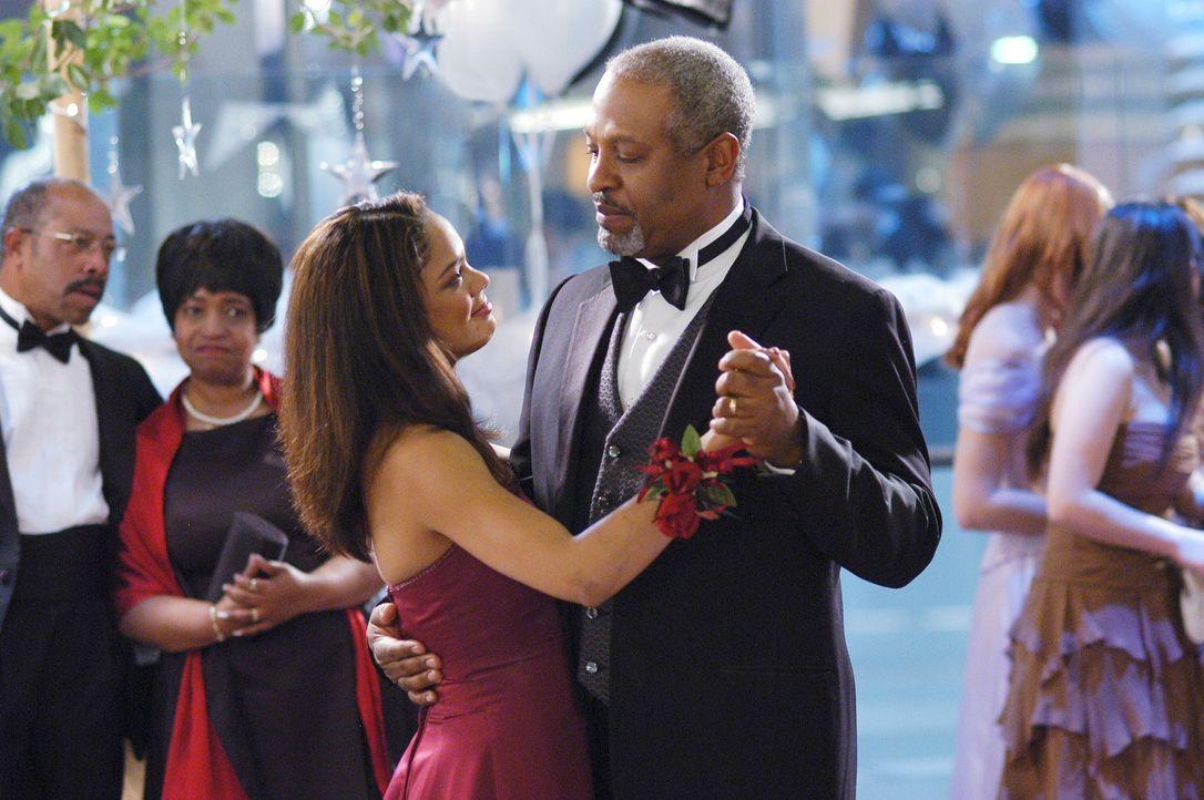 Webber (James Pickens Jr., r.) lässt seine Assistenzärzte als Strafe den Abschlussball seiner krebskranken Nichte (Tessa Thompson, l.) organisieren... - Bildquelle: Touchstone Television