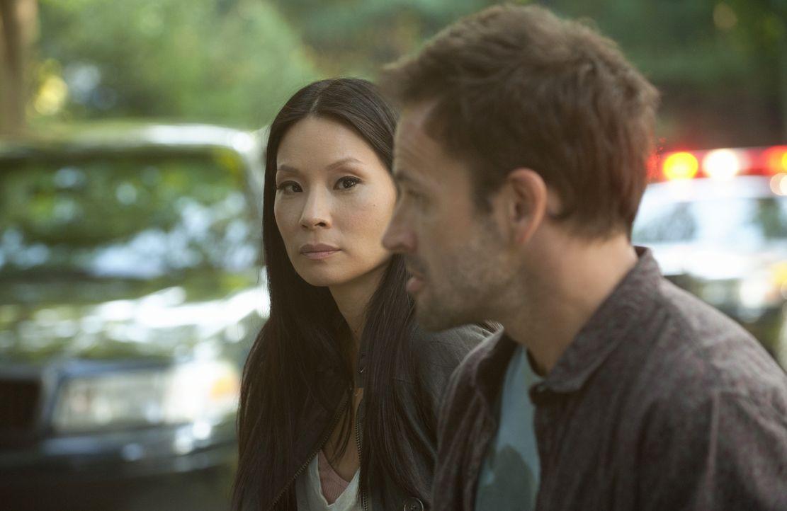 Versuchen gemeinsam, einen Mordfall aufzudecken: Holmes (Jonny Lee Miller, r.) und Watson (Lucy Liu, l.) ... - Bildquelle: CBS Television
