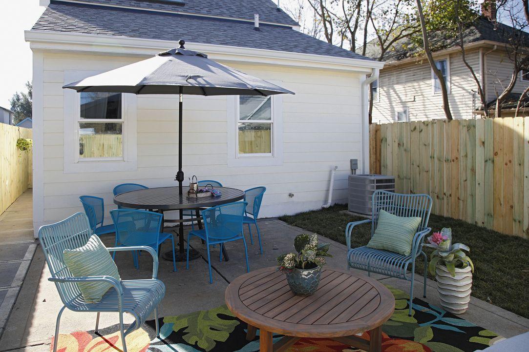 Mit der neuen Terrasse wirkt das kleine Häuschen auch von hinten einladend ... - Bildquelle: Joe Robbins 2017,HGTV/Scripps Networks, LLC. All Rights Reserved