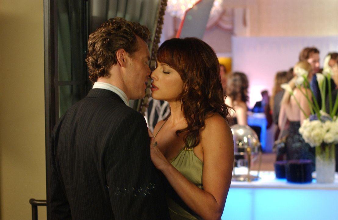 Obwohl sie sich längst getrennt haben, kommen sich wieder näher: Julie (Melinda Clarke, r.) und Jimmy (Tate Donovan, l.) ... - Bildquelle: Warner Bros. Television