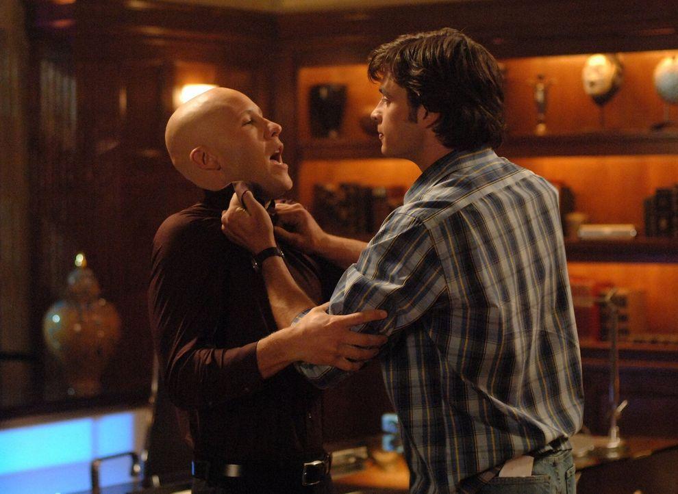 Nach dem Kampf mit Jor-El hat Clark (Tom Welling, r.) keine Superkräfte mehr. Trotzdem kann er es noch mit Lex Luthor (Michael Rosenbaum, l.) aufneh... - Bildquelle: Warner Bros.