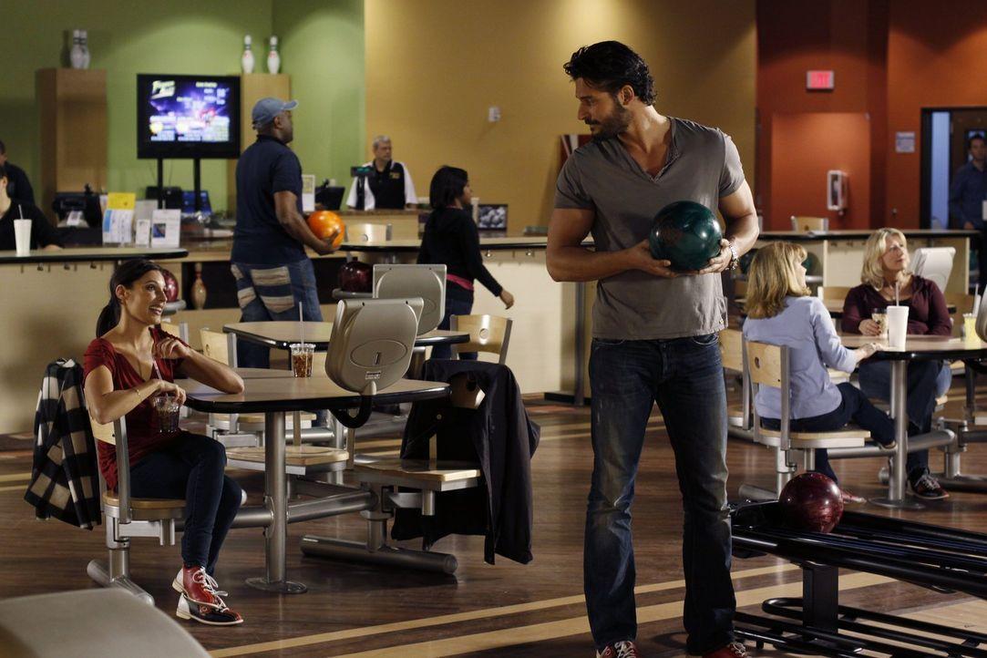 Owen (Joe Manganiello, r.) bietet Millicent (Lisa Goldstein, l.) seine Hilfe an und die hat sie auch dringend nötig ... - Bildquelle: Warner Bros. Pictures