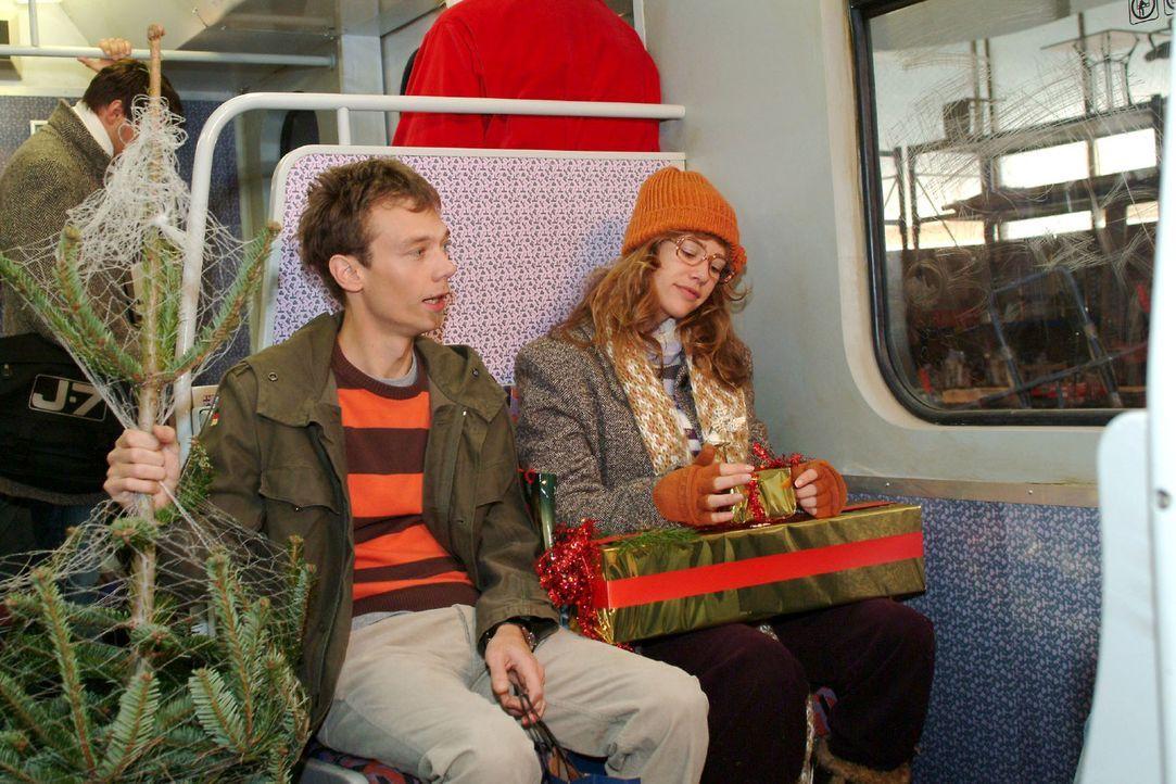 Lisa (Alexandra Neldel, r.) freut sich mit Jürgen (Oliver Bokern, l.) auf das Weihnachtsfest und ist gespannt, was in dem Paket ist, das David ihr... - Bildquelle: Monika Schürle Sat.1
