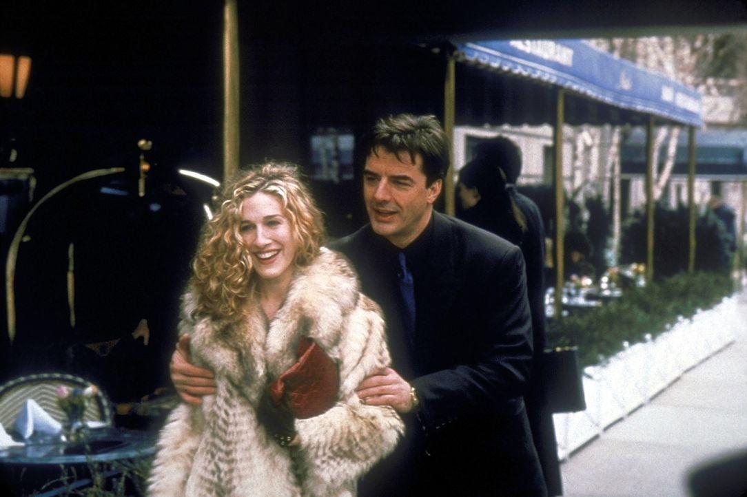 Carrie (Sarah Jessica Parker, l.) und Mr. Big (Christopher Noth, r.), die sich bislang nur zufällig unter mehr oder minder peinlichen Umständen imme... - Bildquelle: Craig Blankenhorn 1998 HBO
