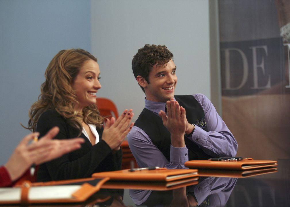 Sind gespannt, wer als Nachfolger für Betty ausgewählt wird: Amanda (Becki Newton, l.) und Marc (Michael Urie, r.) ... - Bildquelle: Buena Vista International Television