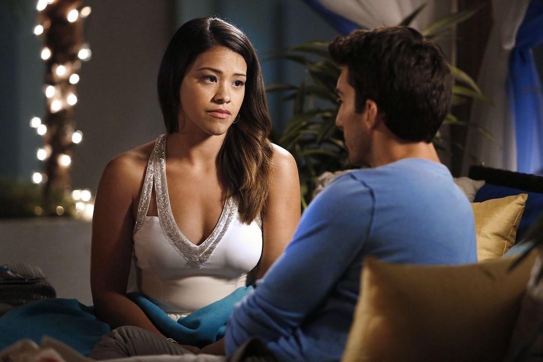 Jane (Gina Rodriguez, l.) hält es für das Beste, wenn sie sich erst einmal nicht weiter mit Rafael (Justin Baldoni, r.) trifft und sich von ihm fern... - Bildquelle: 2014 The CW Network, LLC. All rights reserved.
