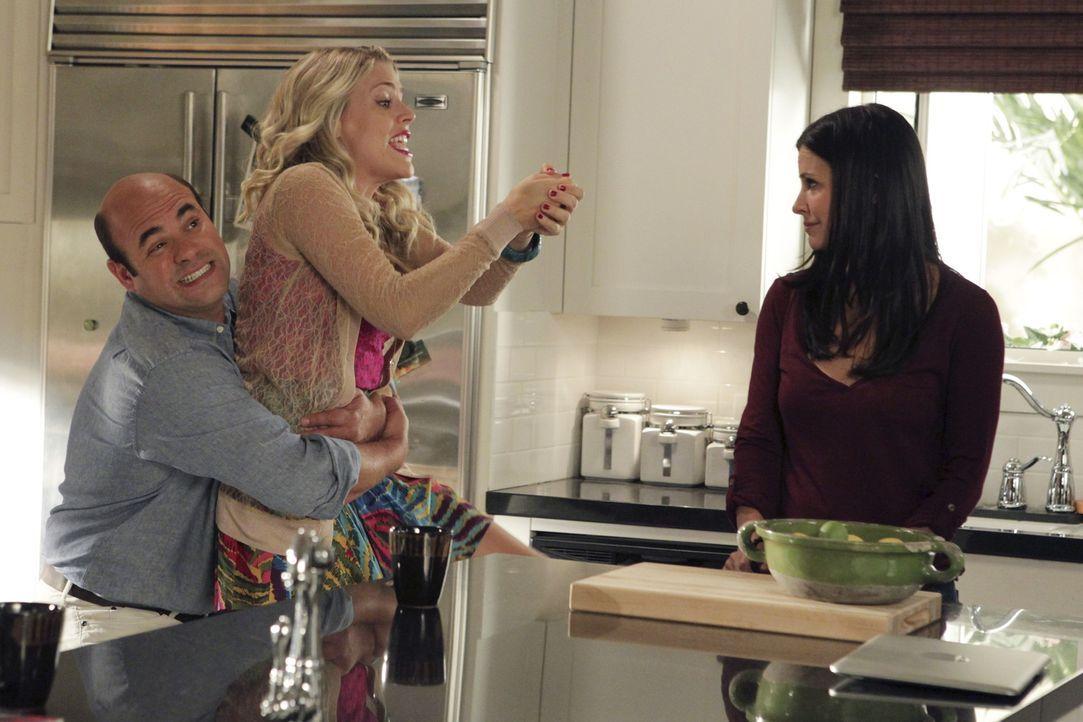 Während sich Jules (Courteney Cox, r.) Sorgen macht, dass ihre Beziehung zu Grayson gefährdet ist, ist Ellie stinksauer auf Andy (Ian Gomez, l.),... - Bildquelle: 2010 ABC INC.