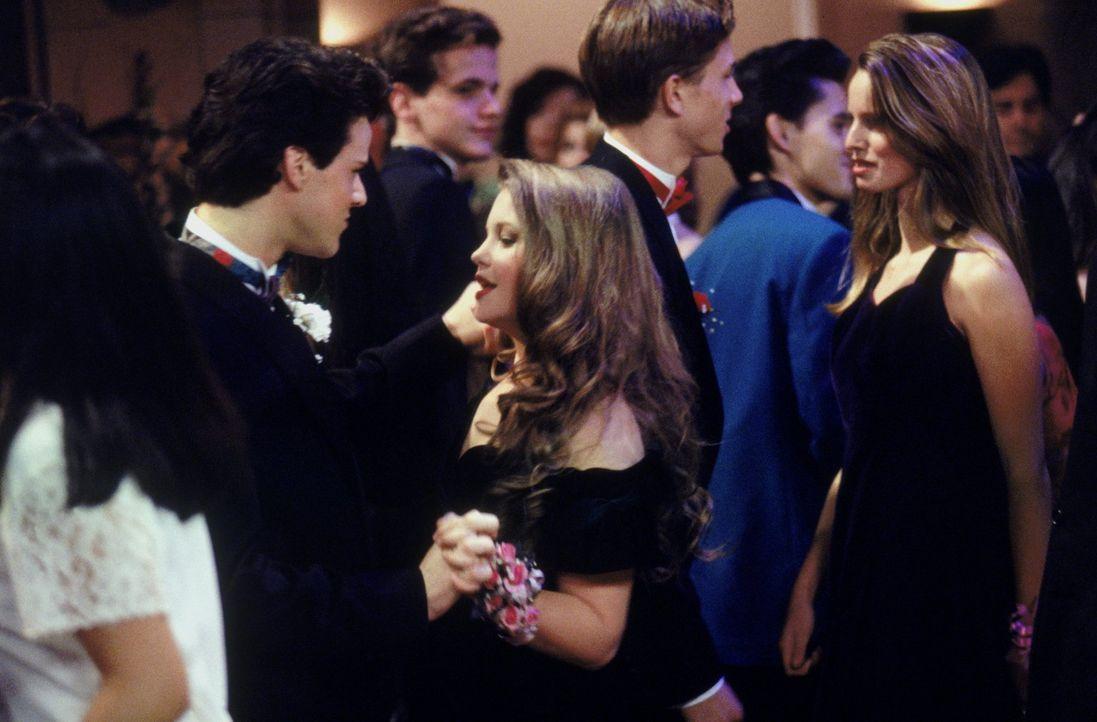 Eigentlich sollte der Abschlussball ein ganz besonderer Abend für Steve (Scott Weinger, l.) und D.J. (Candace Cameron, vorne r.) sein, doch dann kom... - Bildquelle: Warner Brothers Inc.