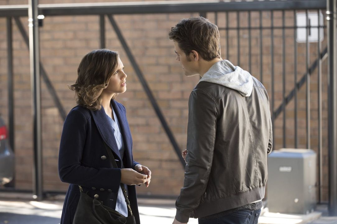 Ist die junge Tara (Alexandra Chando, l.) wirklich ein passendes Opfer für Stefan (Paul Wesley, r.) oder ist sie nur ein unschuldiges, trauriges Mäd... - Bildquelle: Warner Bros. Entertainment, Inc.