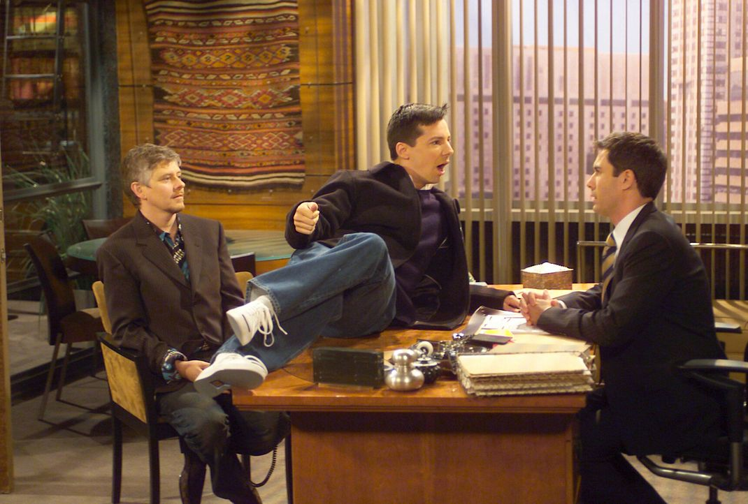 Wills (Eric McCormack, r.) neuer schwuler Mandant Stuart (Dave Foley, l.) hat ein Anliegen – er will mit Jack (Sean Hayes, M.) verkuppelt werden – u... - Bildquelle: Chris Haston NBC Enterprises International